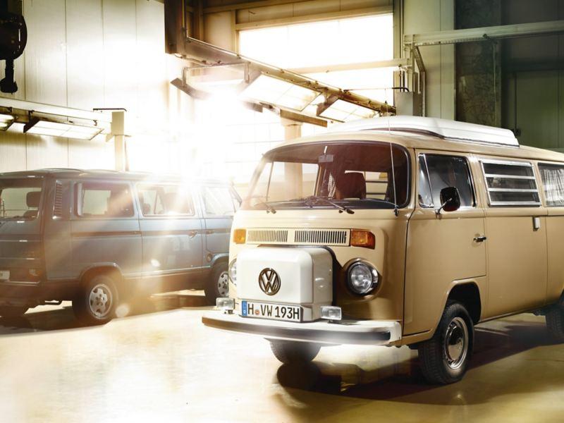 Zwei alte VW Busse in einer Lagerhalle.
