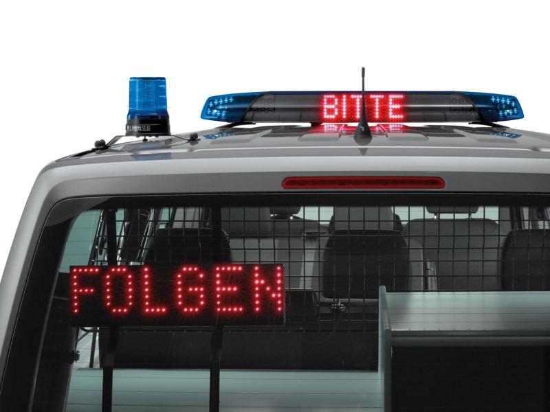 Das Heck eines Polizeifahrzeugs im Anschnitt.