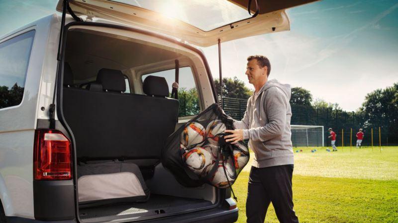 vw Volkswagen Transporter arbeidsbil kassebil varebil fottballtrener fotballkamp fotballbane fotball familiebil fotballag flerbruksbil minivan minibuss privatleasing 7-seter 9-seter stor