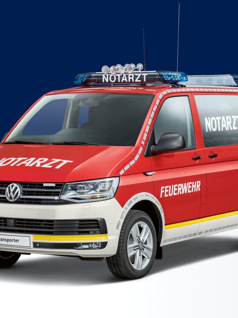 Ein Transporter als Notfalleinsatzfahrzeug.