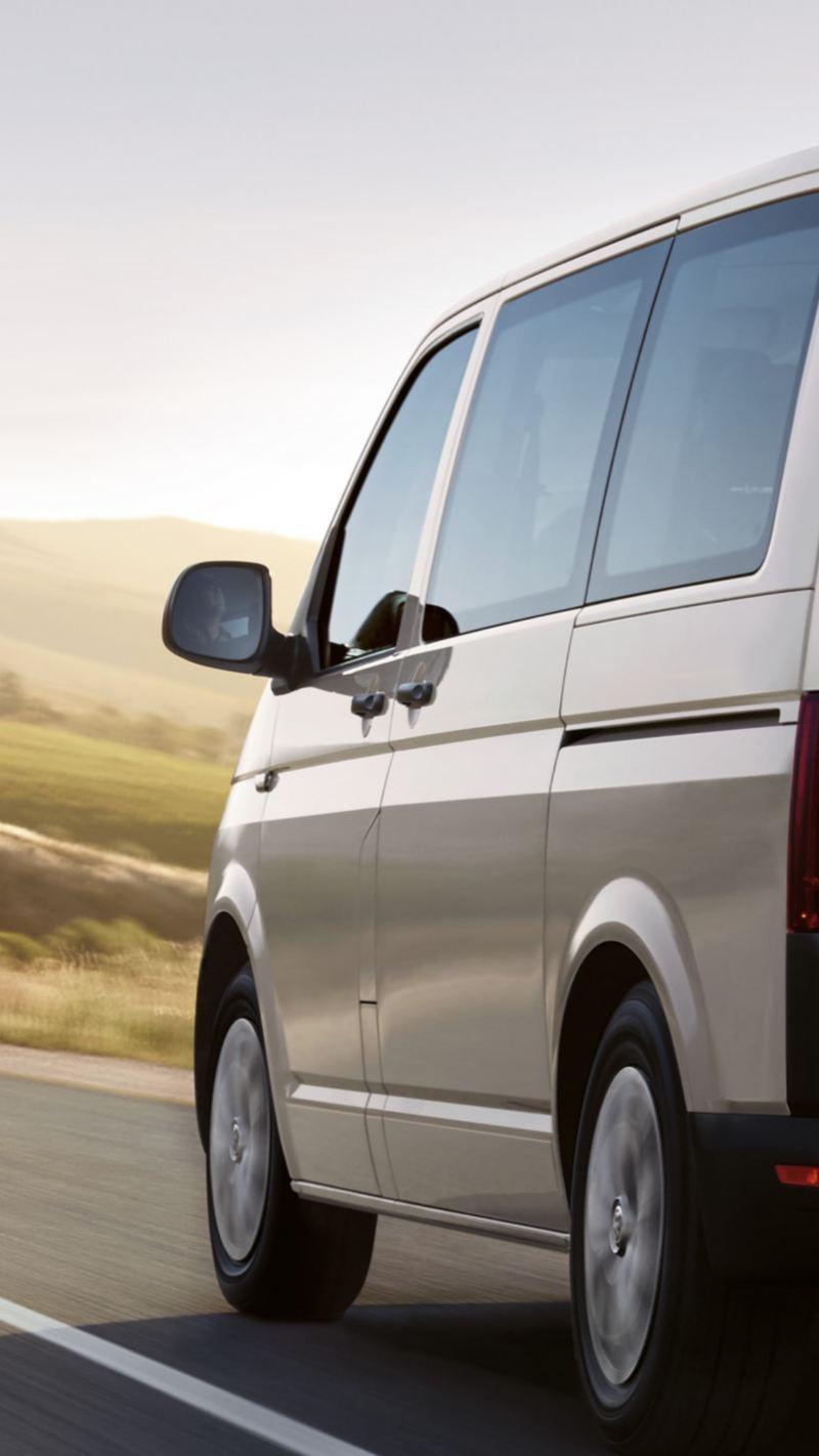 Un Volkswagen Transporter dotato di pneumatici all-season.