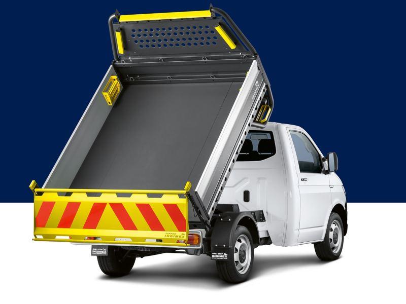Ein Transporter als Kipper von hinten auf blau-weißem Hintergrund.