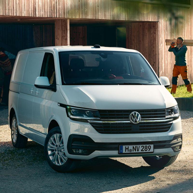 vw Volkswagen hvit Transporter varebil kassebil arbeidsbil snekker håndverker smarthus vedlikeholdsfritt panel