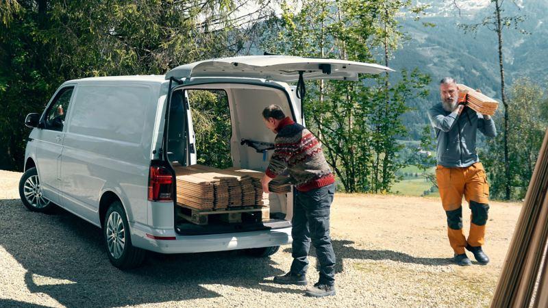 vw Volkswagen Transporter varebil kassebil arbeidsbil firmabil snekkere håndverkere planker lasterom