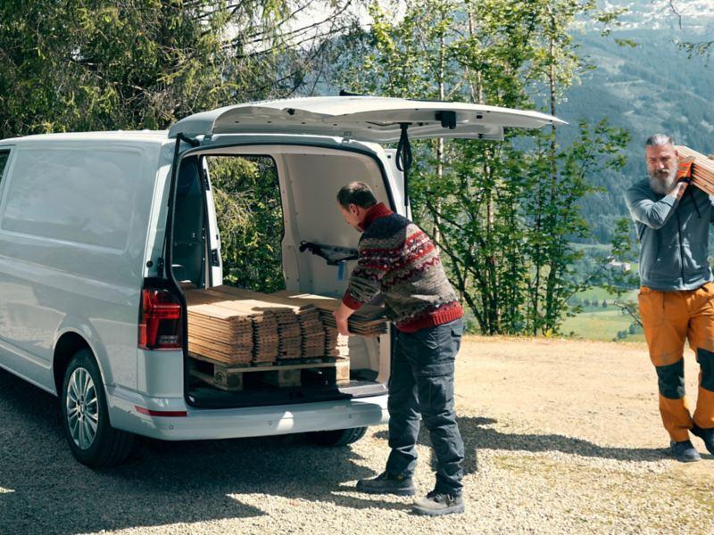 vw Volkswagen 6.1 varebil kassebil firmabil lasterom gjennomlastningsluke motorteknologi dieselmotor snekker håndverker fjell snø grantrær garasje