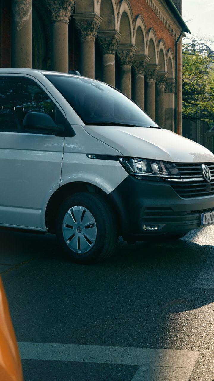 pressen prøvekjørte nye Transporter 6.1 og Multivan Caravelle varebil personbil pickup i bysentrum