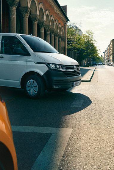 vw Volkswagen hvit Transporter varebil kassebil arbeidsbil budbil kjører i byen