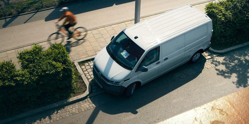 Uma Transporter 6.1 a estacionar na cidade.