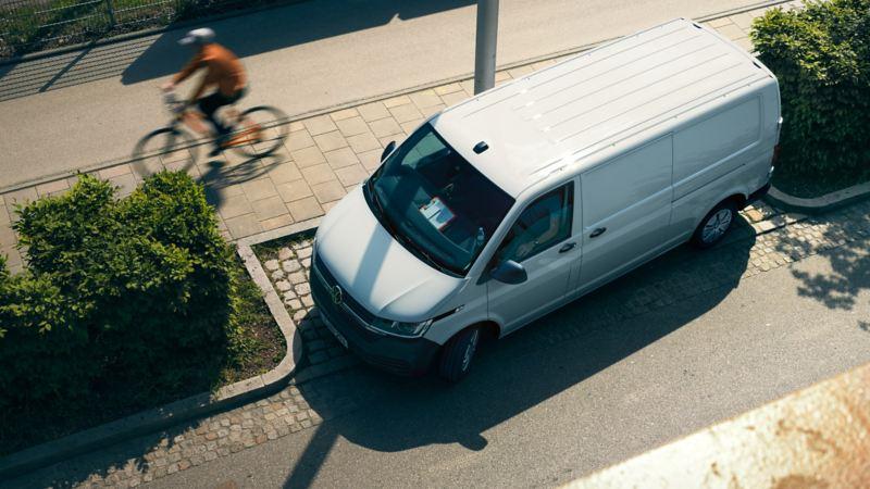 Valkoinen transporter 6.1 ylhäältä kuvattuna kadulla parkissa