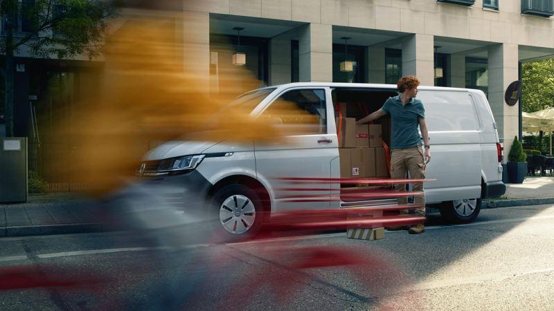 Ein VW Transporter 6.1 im Einsatz als Paketlieferwagen.