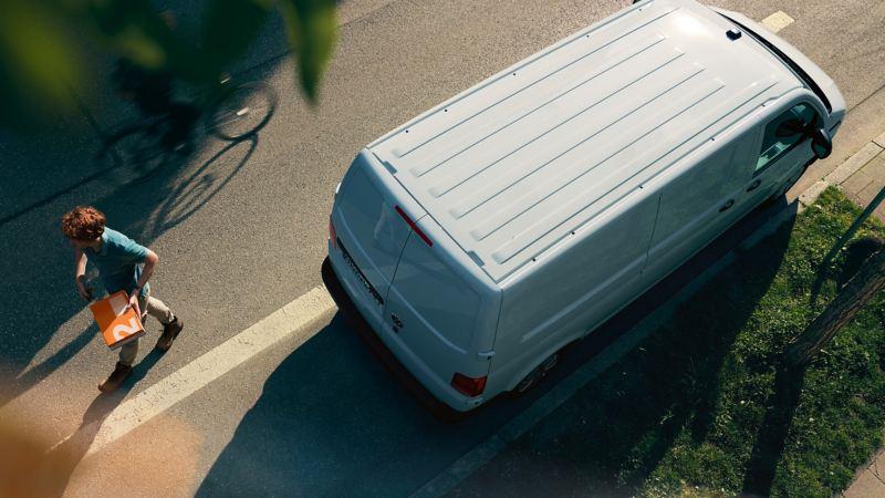 VW Transporter Skåpbil står parkerad