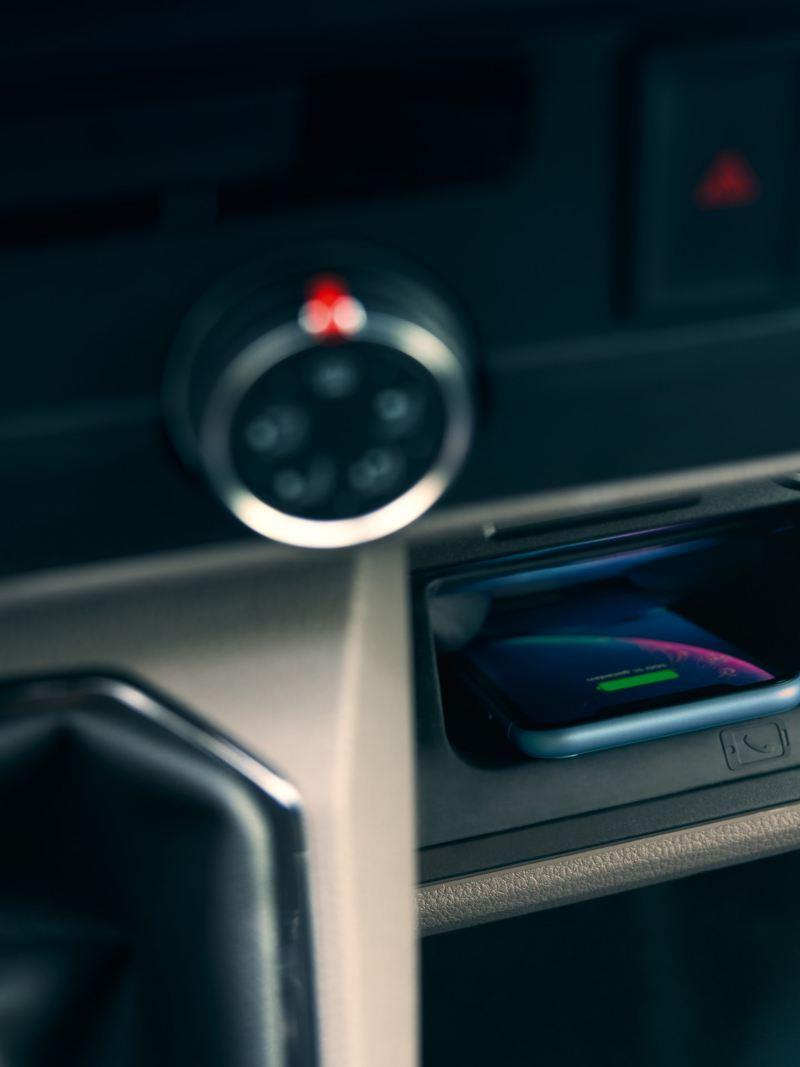 """Interfejs dla telefonów komórkowych """"Comfort"""" z funkcją ładowania indukcyjnego w Volkswagen Transporter 6.1 Furgon."""