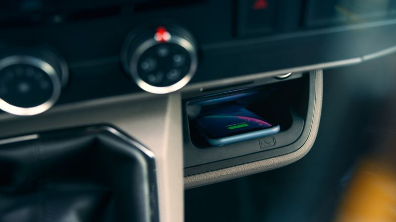 Trådlös laddning av mobiltelefonen i nya Volkswagen Transporter T6.1