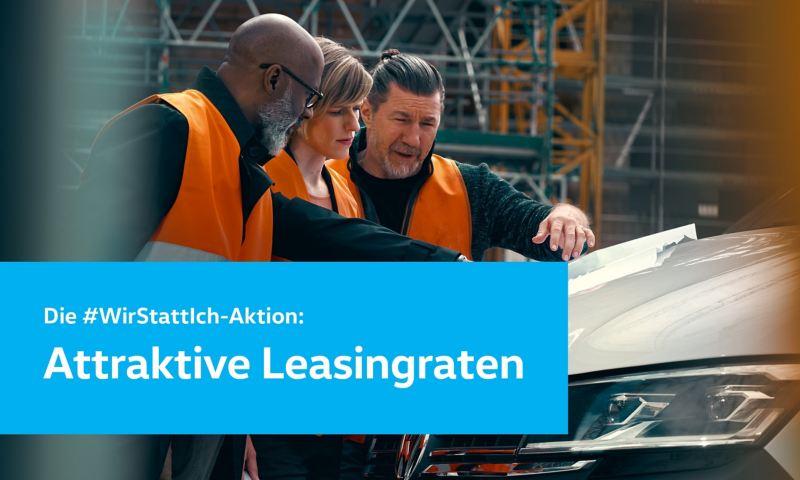 Bauarbeiter schauen auf einen Bauplan der auf der Motorhaube eines Volkswagen Transporter 6.1 liegt.