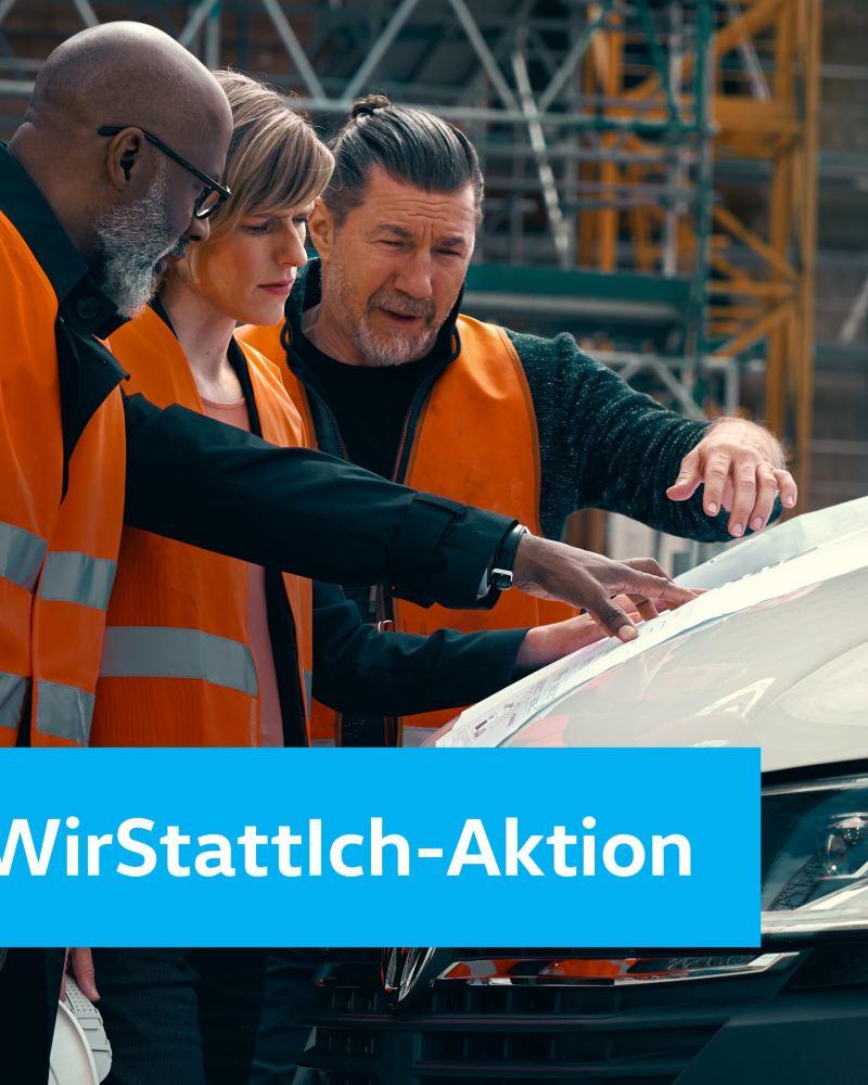 Bauarbeiten schauen auf einen Plan der auf der Motorhaube eines Volkswagen Nutzfahrzeuges liegt.