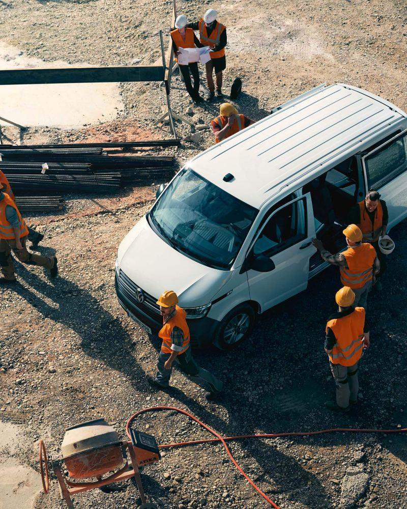 Ein Volkswagen Transporter im Einsatz auf einer Baustelle.