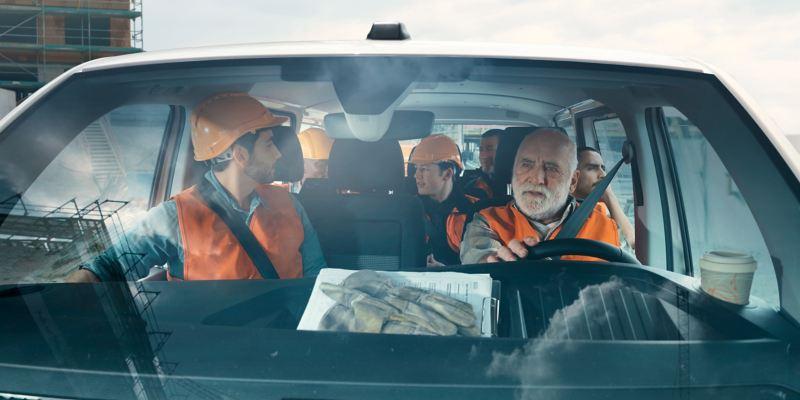 Ouvriers dans un Transporter 6.1 Combi