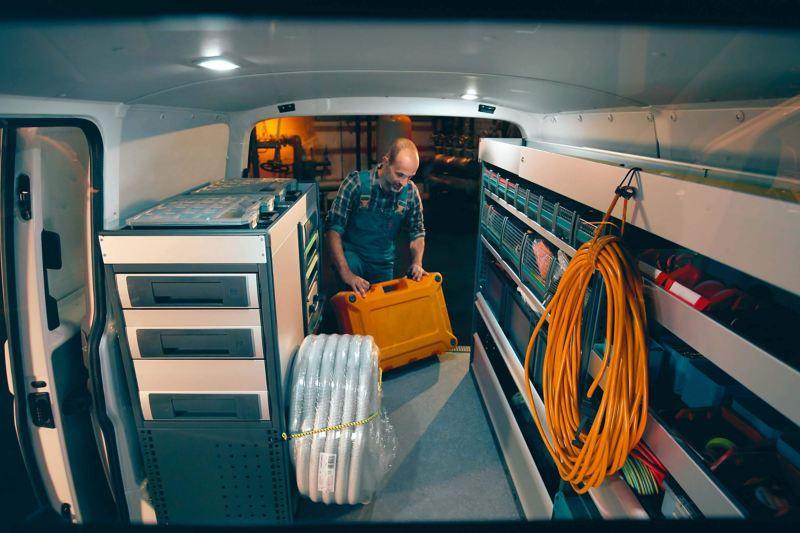 Eine mobile Werkstatt von innen.