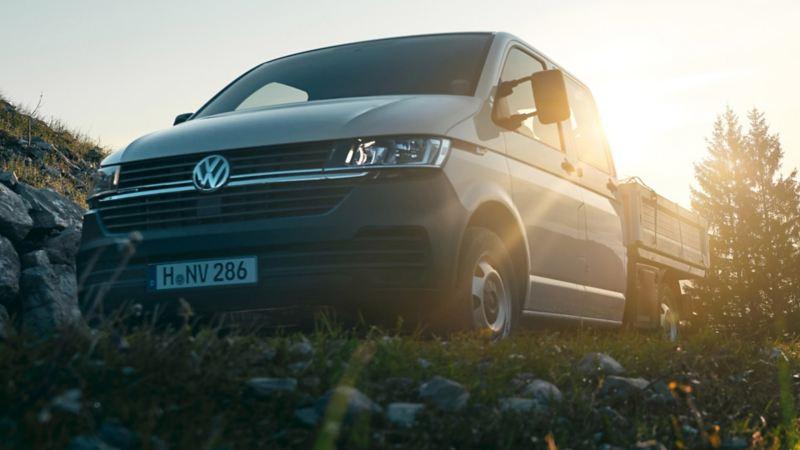vw Volkswagen Transporter Crafter pickup kjører i fart over arbeidsplass