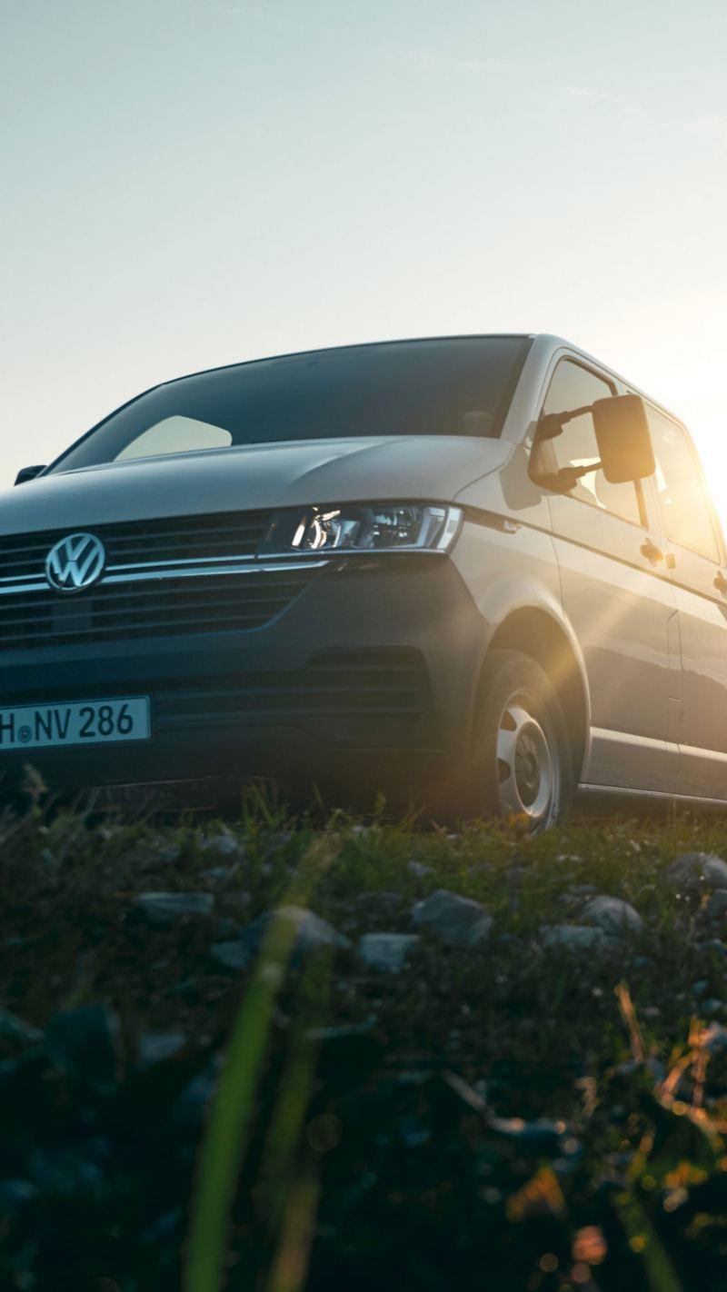 Un veicolo commerciale Volkswagen in montagna, vista frontale di 3/4.