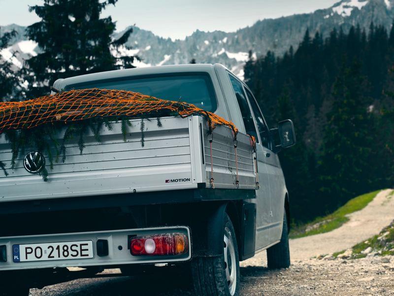 Volkswagen Transporter 6.1 Skrzyniowy użytkowany z zabezpieczonym ładunkiem.