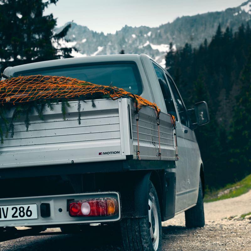 Pritscherwagen von hinten mit Abdecknetz