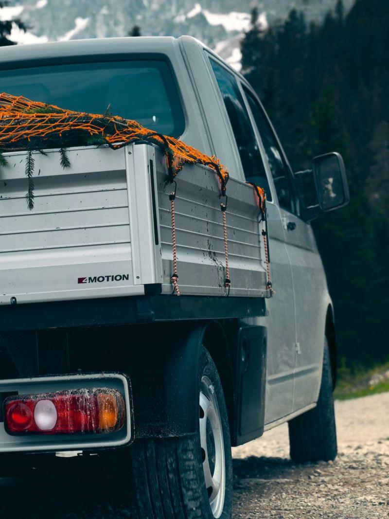 Un Volkswagen Transporter mentre affronta una salita di montagna, visto posteriormente.