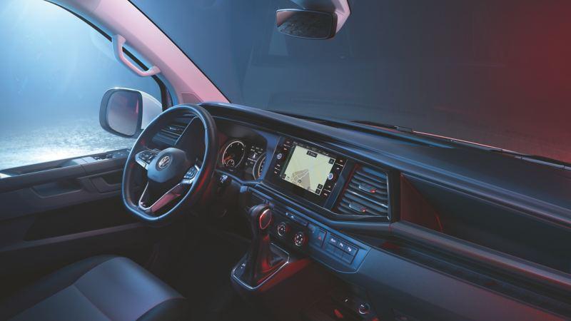 Punainen Volkswagen Transporter 6.1. kuvattuna etuviistosta