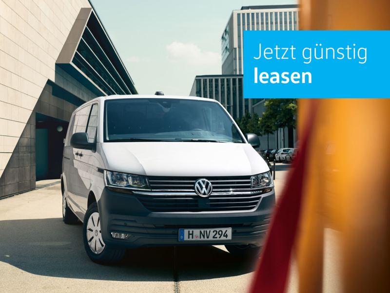 Der VW Transporter EcoProfi in Candy Weiß im Halbprofil.