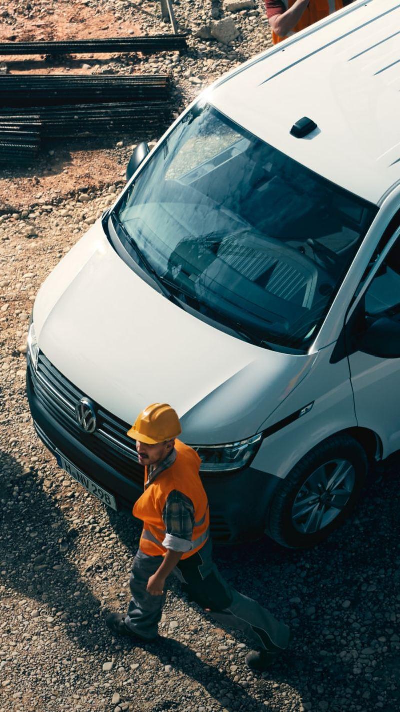 Workers are standing around a Volkswagen Transporter 6.1 Kombi.