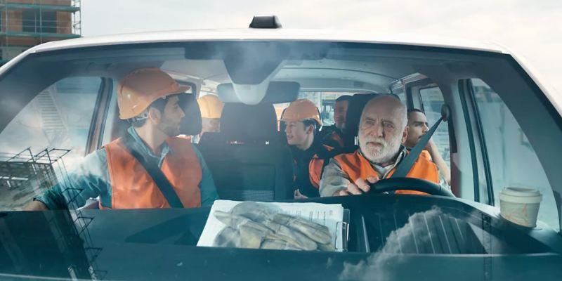 In einem Volkswagen Transporter 6.1 Kombi sitzen sieben Arbeiter.