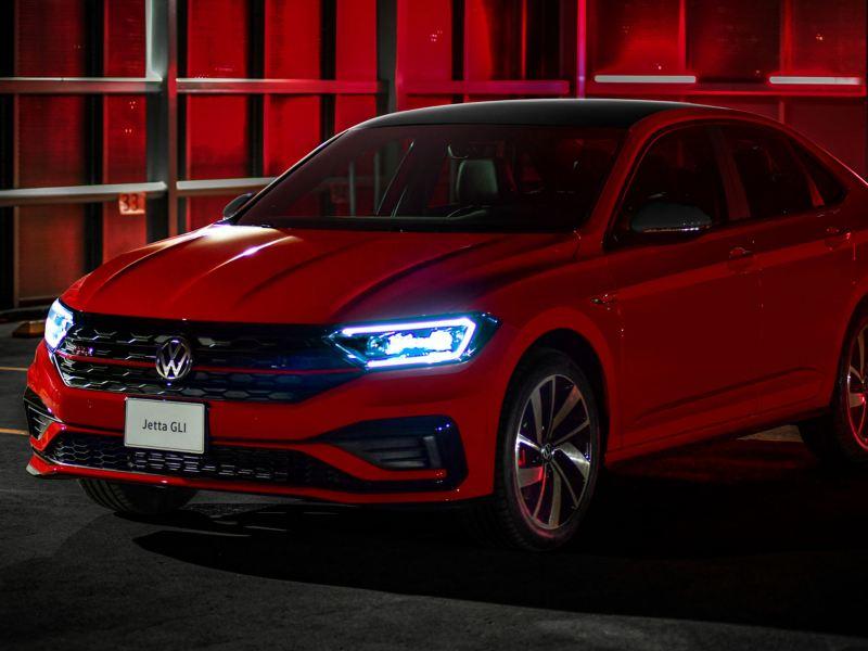 Transmisión Tiptronic en Auto Volkswagen siendo conducido por hombre joven