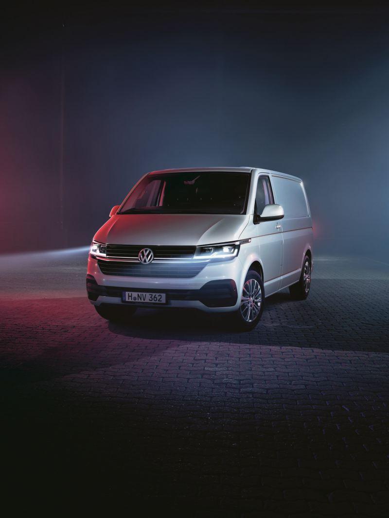 Volkswagen Transporter 6.1. kuvattuna sivusta