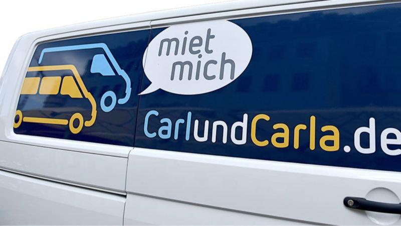 Schriftzug und Branding von CarlundCarla.de auf einem Volkswagen Nutzfahrzeuge Transporter.