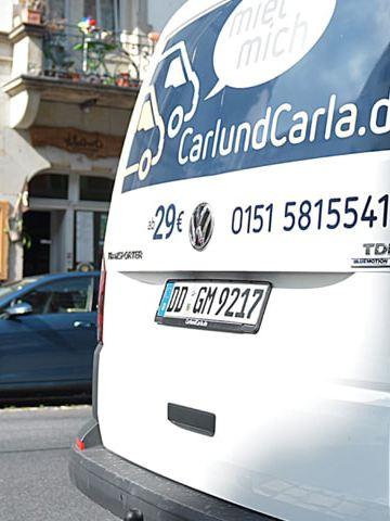 Der CarlundCarla.de Schriftzug auf der Rückseite eines Volkswagen Nutzfahrzeuge Transporters.