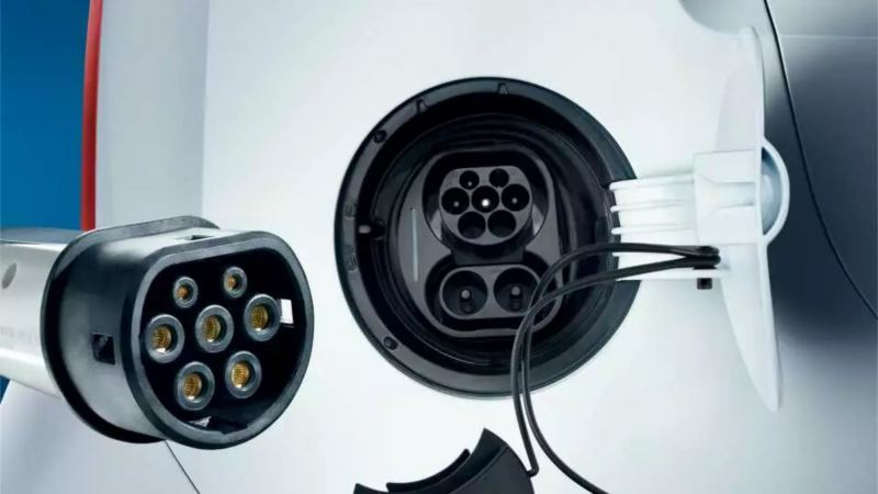zoom sur une trappe électrique de rechargement, cordon de rechargement électrique