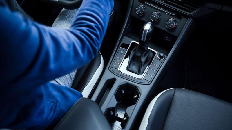 Palanca de velocidades con transmisión tiptronic para conducir un auto deportivo con mayor control