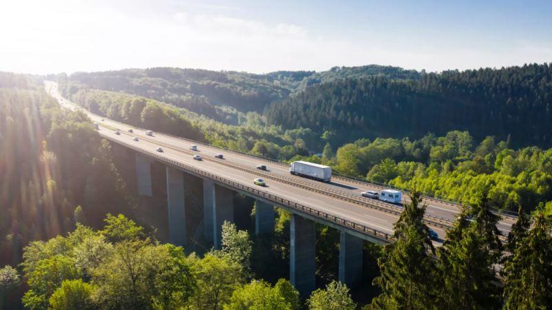 Coches y camiones atraviesan un puente