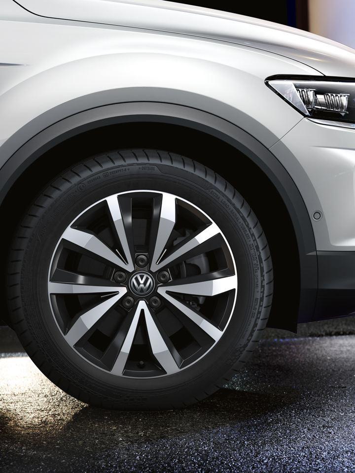 Detalle de las llantas de un Volkswagen T-Roc blanco