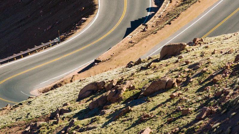Curva cerrada en una carretera de montaña vista desde arriba