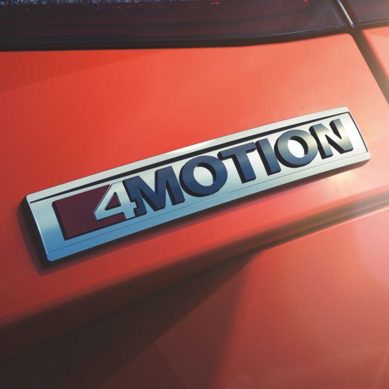 Detalle del logotipo 4Motion en un Volkswagen rojo