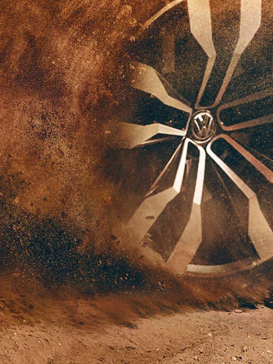 Detalle de una rueda de un Volkswagen derrapando en un camino de tierra