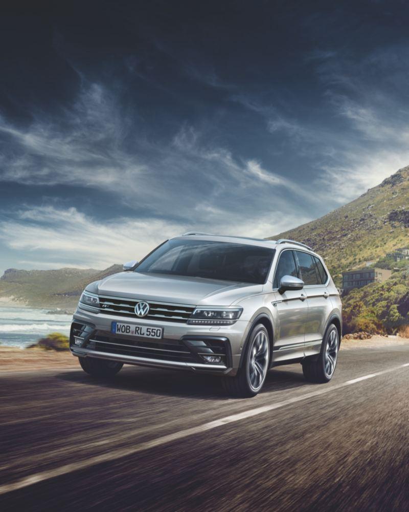 Volkswagen Tiguan Allspace circulando por una carretera junto al mar