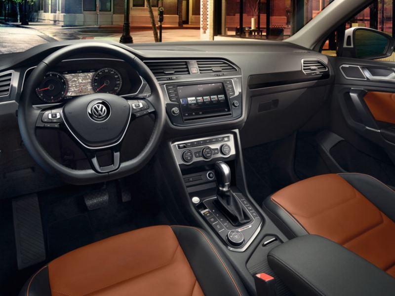 Vista interior del volante y salpicadero de un Volkswagen Tiguan