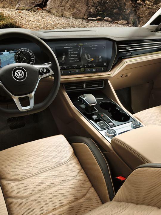 Vista interior del volante y salpicadero de un Volkswagen Touareg