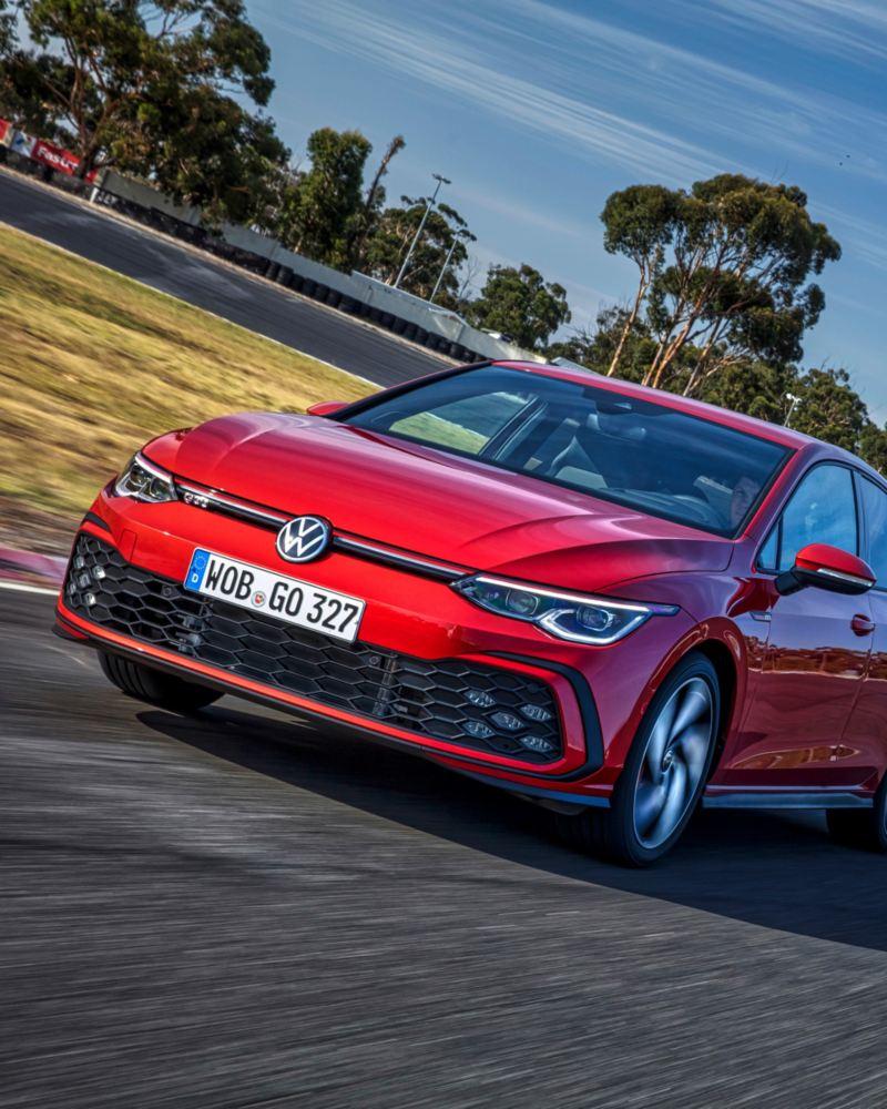 Volkswagen Golf GTI rojo visto de frente circulando por un circuito