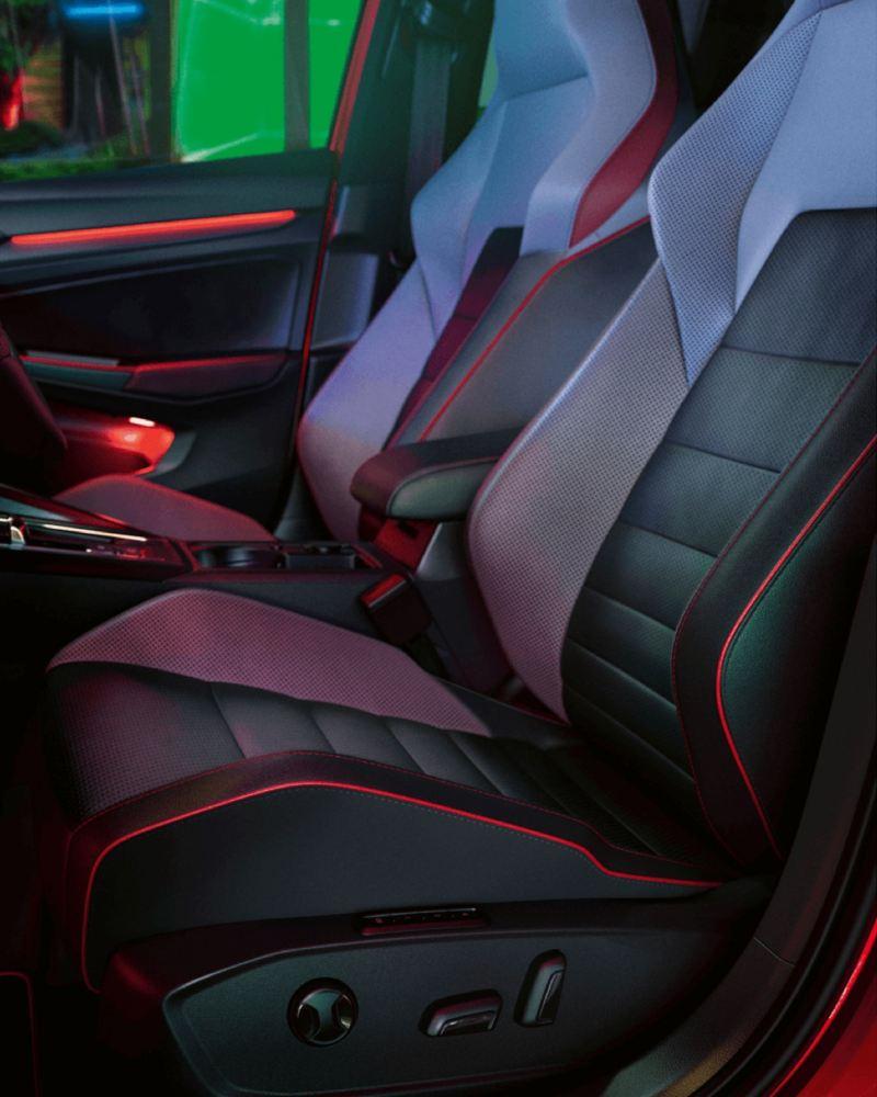 Detalle de los asientos delanteros de un Volkswagen Golf 8 GTI