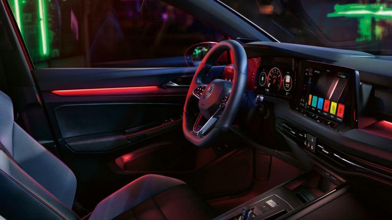 Vista interior del puesto de conducción de un Volkswagen Golf 8 GTI