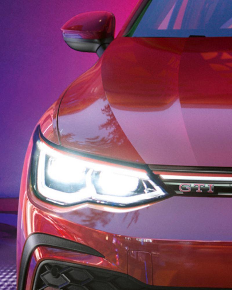 Detalle de los faros de un Volkswagen Golf 8 GTI rojo