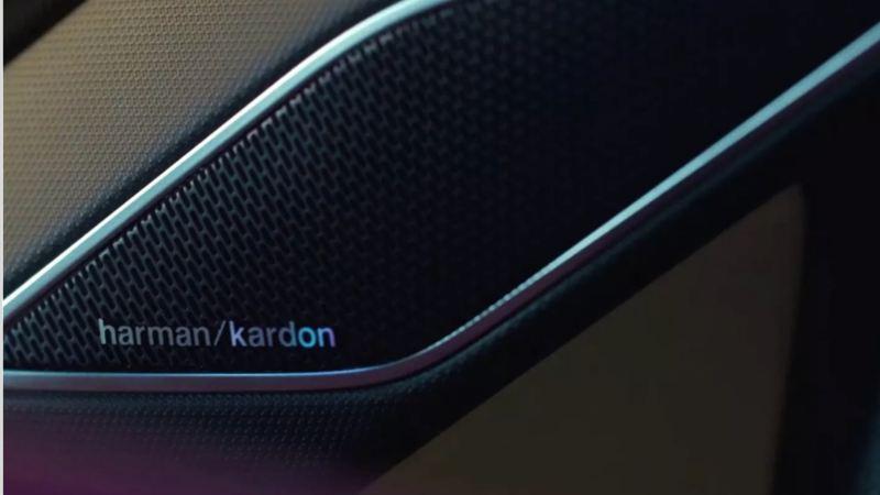 Detalle de un altavoz Harman Kardon en un Volkswagen Golf 8 GTI